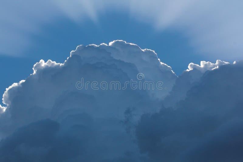 Die Sonne hinter der Wolke die Sonne ` s Strahlen ?berschreiten durch die Wolken stockfoto