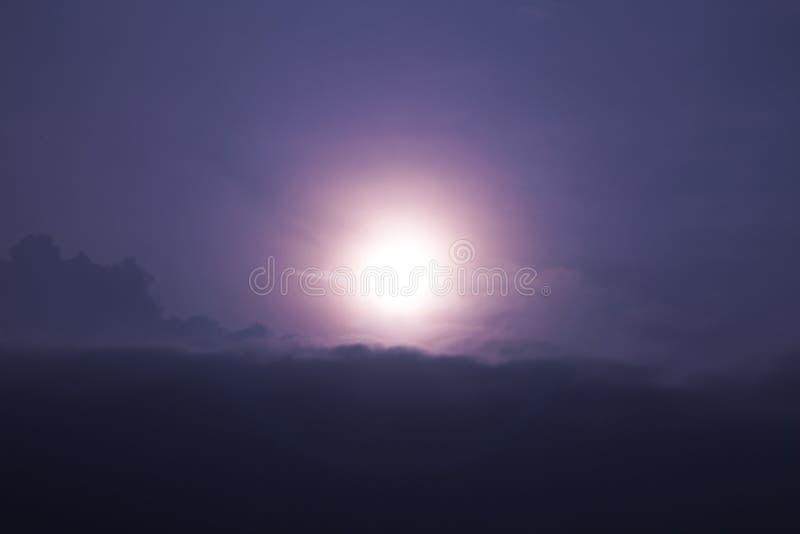 Die Sonne ist steigendes Morgenlicht lizenzfreie stockfotos