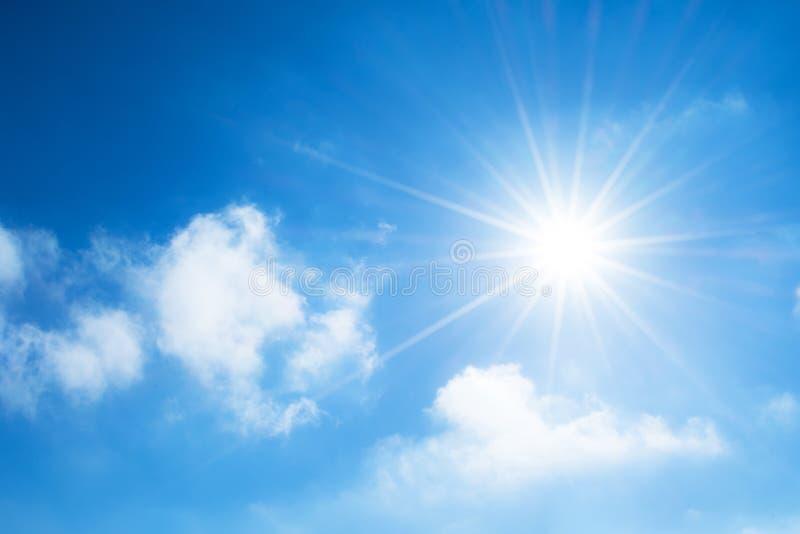 Die Sonne mit hellen Strahlen im blauen Himmel mit weißem Licht bewölkt sich lizenzfreie stockfotos