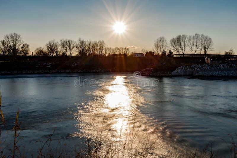 Die Sonne scheint auf dem Fluss PO lizenzfreie stockfotografie