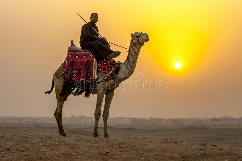 Die Sonne stellt über Sahara Desert in Kairo, Ägypten ein stockfotos