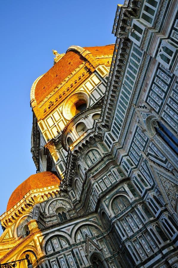 Die sonnenbeleuchtete Kuppel und die Fassade der Kathedrale von Florenz, Toskana lizenzfreies stockbild