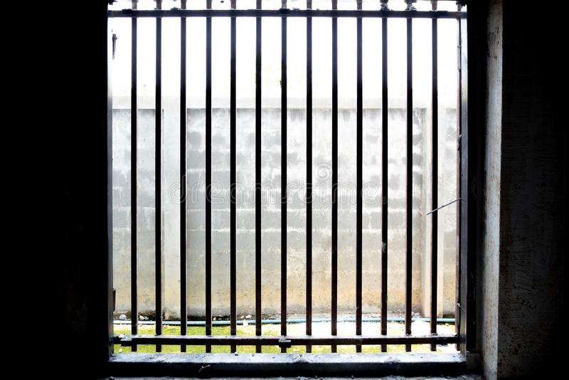 Die Sonnenlichtform außerhalb der Käfigtür für Hintergrund stockbild
