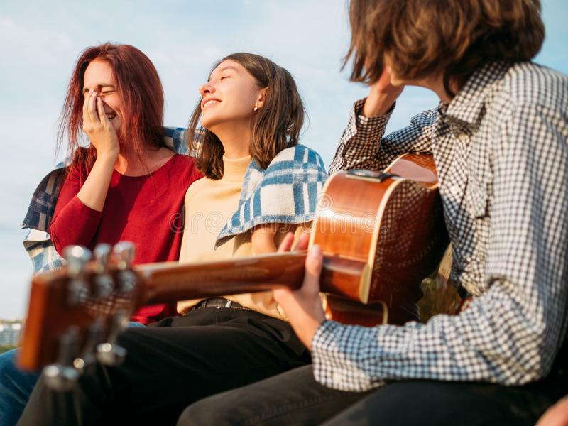 Die sorglose Jugendfreizeit genießen sich entspannen freien Geist stockfoto