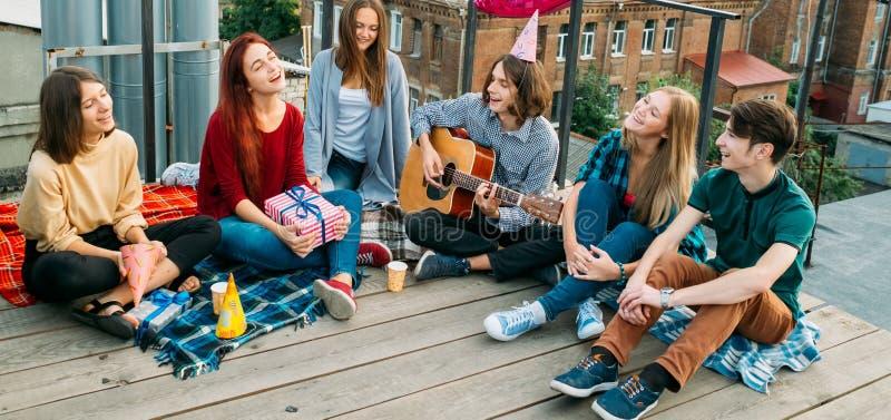 Die sorglose Jugendfreizeit singen sich entspannen alternative Ansicht lizenzfreies stockfoto