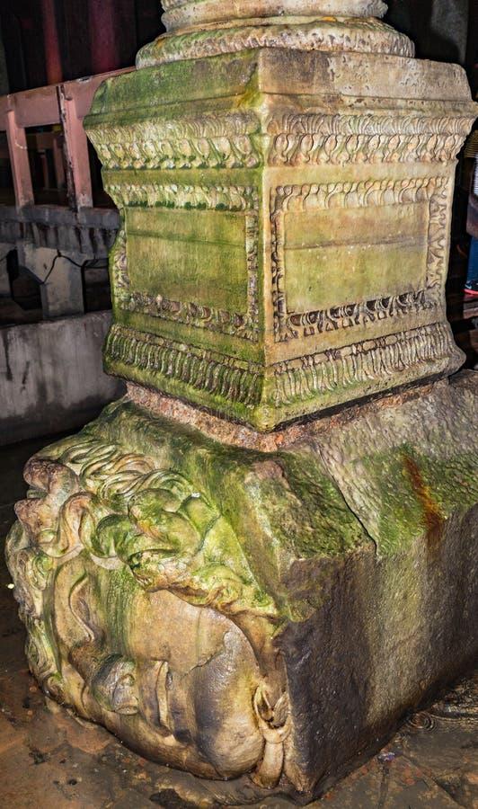 Die Spalte mit Medusakopfbasis in der Basilika-Zisterne Istanbul Die Türkei stockfoto