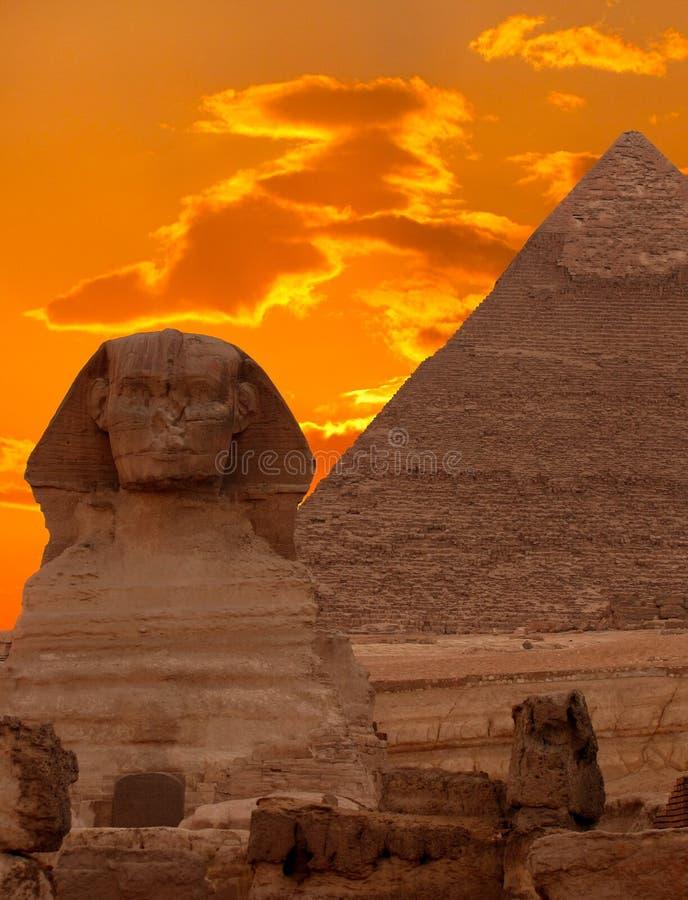 Die Sphinx und die große Pyramide stockbilder