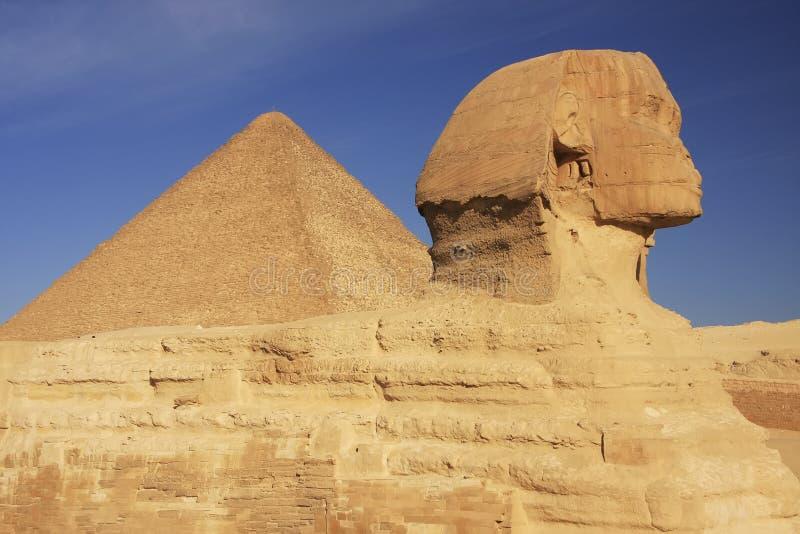 Die Sphinx und die große Pyramide von Khufu, Kairo stockfotos