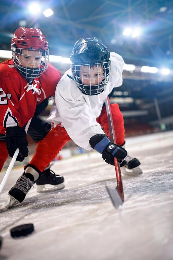 Die Spieler der Eishockey-Sportkinder stockfoto