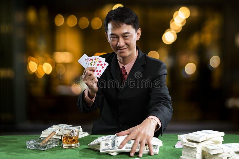Die Spielerversammlung die Stapel der Banknote wenn die Punkte über ri stockbilder