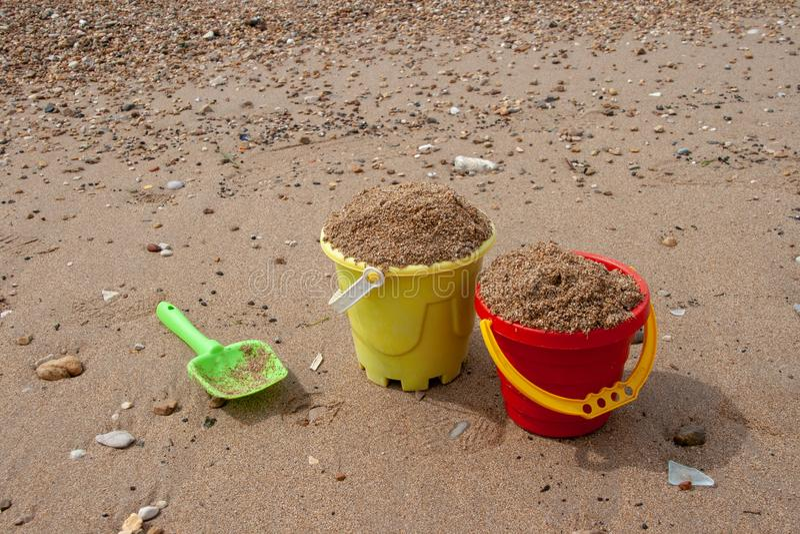 Die Spielwaren der helle Plastikkinder im Sand Konzept der Stranderholung f?r Kinder lizenzfreie stockbilder