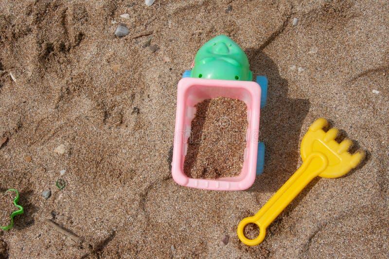 Die Spielwaren der helle Plastikkinder im Sand Konzept der Stranderholung f?r Kinder lizenzfreie stockfotos