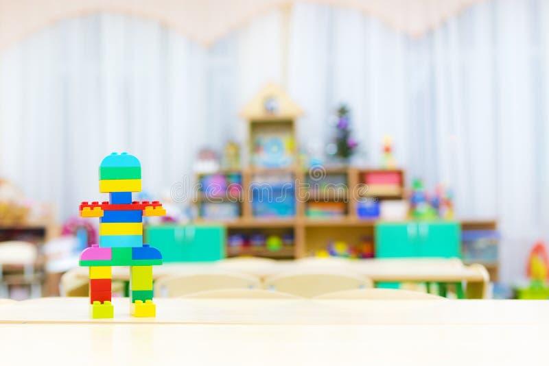 Die Spielwaren der Kinder auf dem Tisch Kind-` s Raum lizenzfreies stockbild