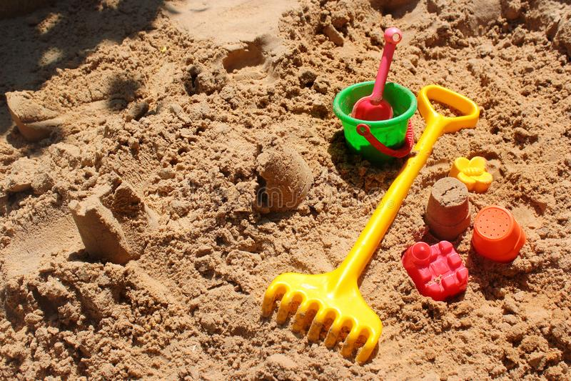 Die Spielwaren der Kinder in einem Sandkasten lizenzfreies stockbild