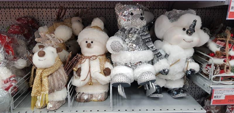 Die Spielwaren des neuen Jahres auf dem Supermarktregal - Schneemänner, Rotwild, Bären stockfoto