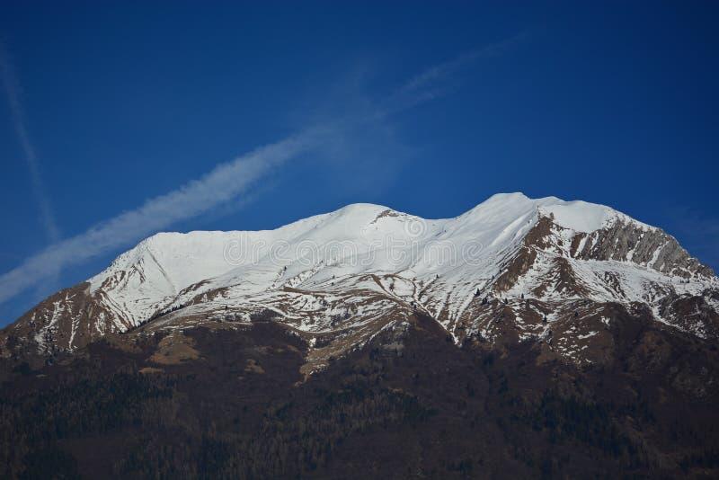 Die Spitze des Berg Serva-Schnees, der symbolische Berg der Stadt von Belluno in Italien lizenzfreie stockbilder