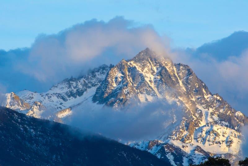 Die Spitze des Schneeberges mit Bew?lkung das h?chste lizenzfreie stockbilder