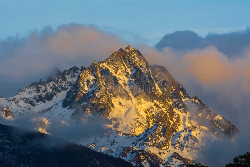 Die Spitze des Schneeberges mit Bew?lkung das h?chste lizenzfreie stockfotos
