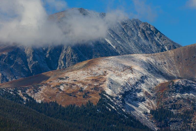 Die Spitze von Mt Dilemma, das von hinten tiefe Wolken nahe Breckenridge, Colorado emporragt lizenzfreie stockfotografie