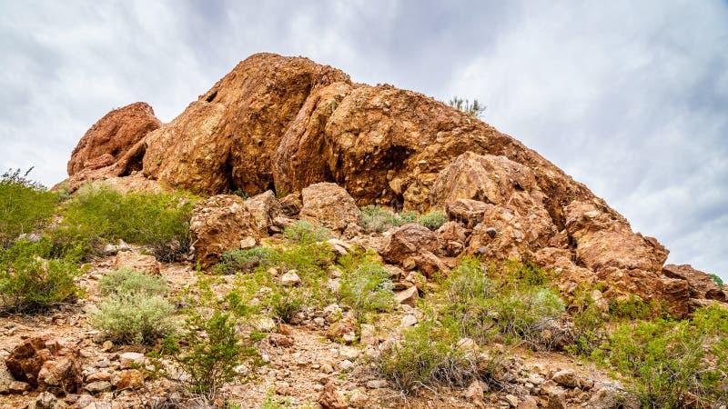 Die Sprünge und Höhlen, die durch Abnutzung in den roter Sandstein Buttes von Papago verursacht werden, parken nahe Phoenix Arizo lizenzfreie stockfotos