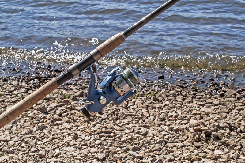 Die Spule auf einer spinnenden Stange für die Fischerei lizenzfreie stockfotografie