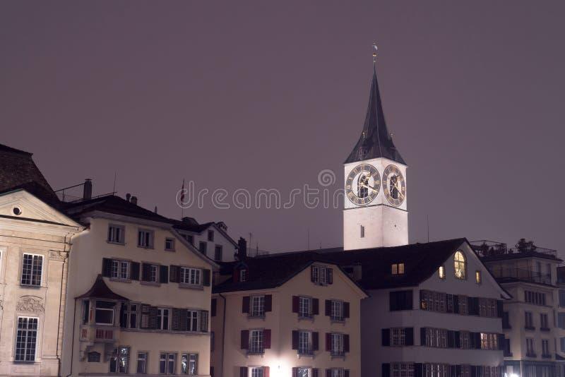Die St- Peterkirche mit Hausdächern von Zürich stockfoto
