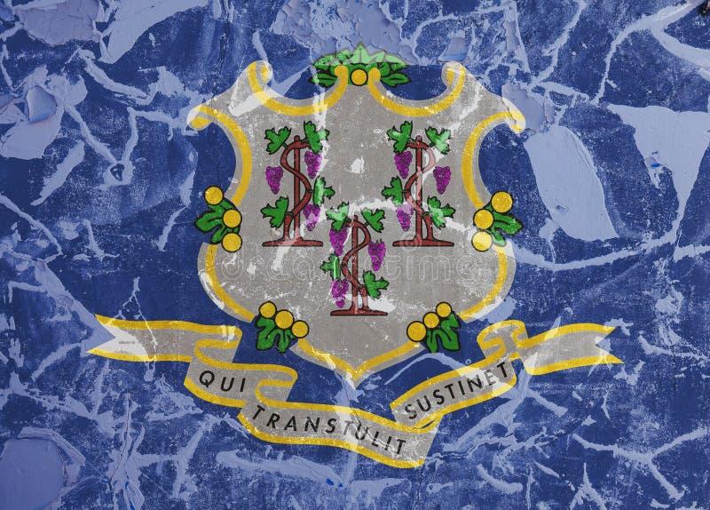 Die Staatsflagge des US-Staats Connecticut herein gegen eine graue Wand mit Sprüngen und Störungen am Tag der Unabhängigkeit in B lizenzfreies stockfoto