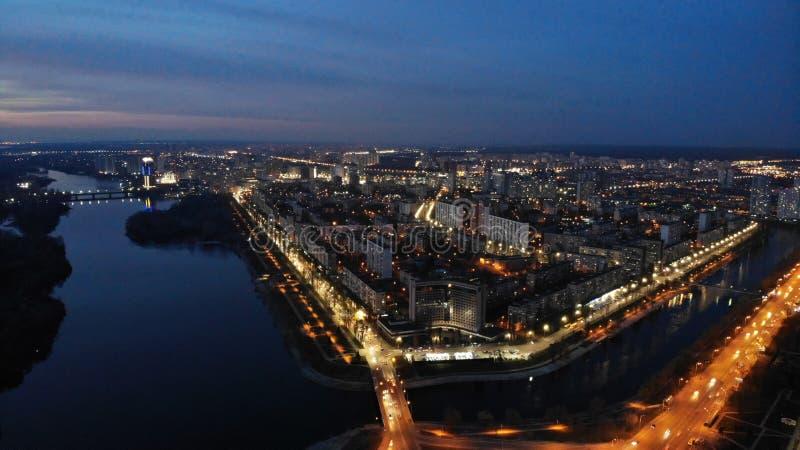 Die Stadt in den Lampen hüllt den Fluss ein stockfoto