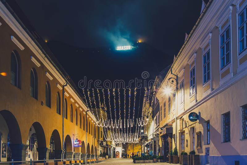 Die Stadt am Fuß des Bergs Tampa an der Nachtwache stockfoto