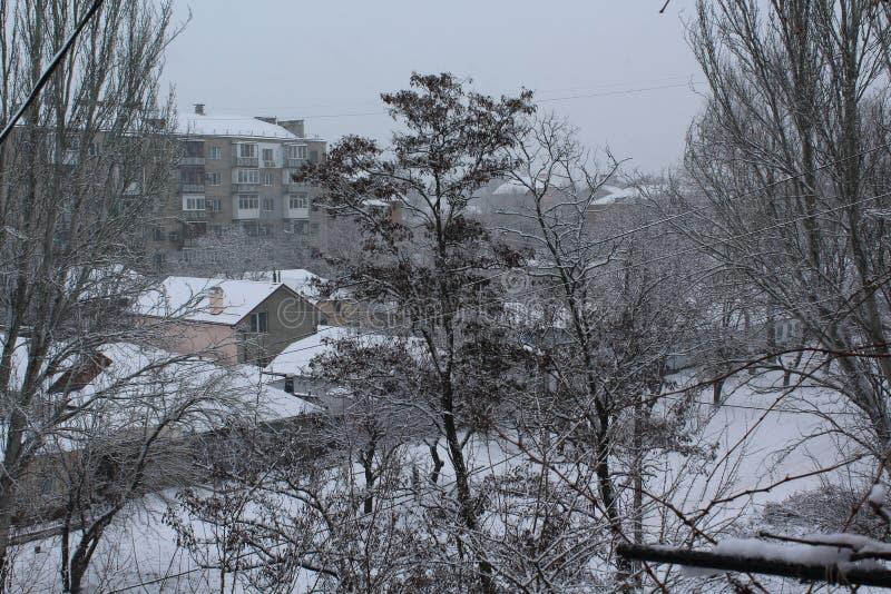 Die Stadt hat gekommenen Winter Straßen und Bäume bedeckt mit Schnee frost stockbild