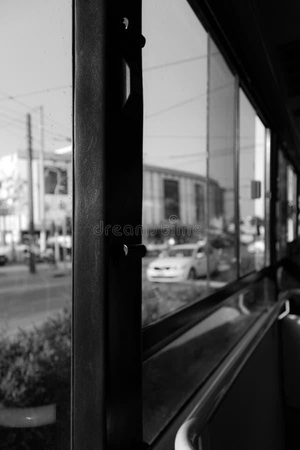 Die Stadt mit der Tram bewegen lizenzfreies stockfoto