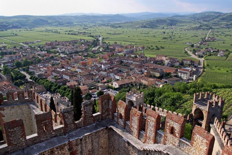 Die Stadt von Soave, das berühmt für Wein und Trauben stockfotografie