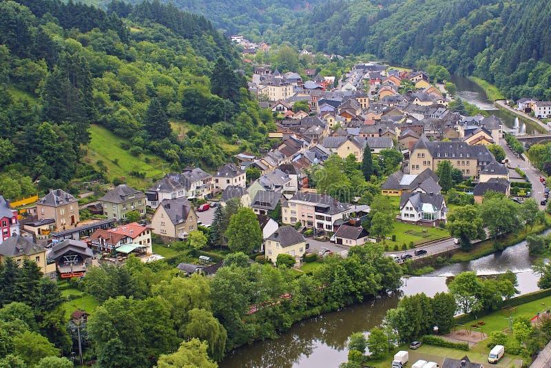 Die Stadt von Vianden und von Fluss, die, Luxemburg unserem sind lizenzfreie stockfotografie