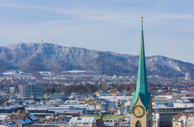 Die Stadt von Zürich in der Schweiz, wie vom Turm der Grossmunster-Kathedrale im Winter gesehen lizenzfreie stockfotos