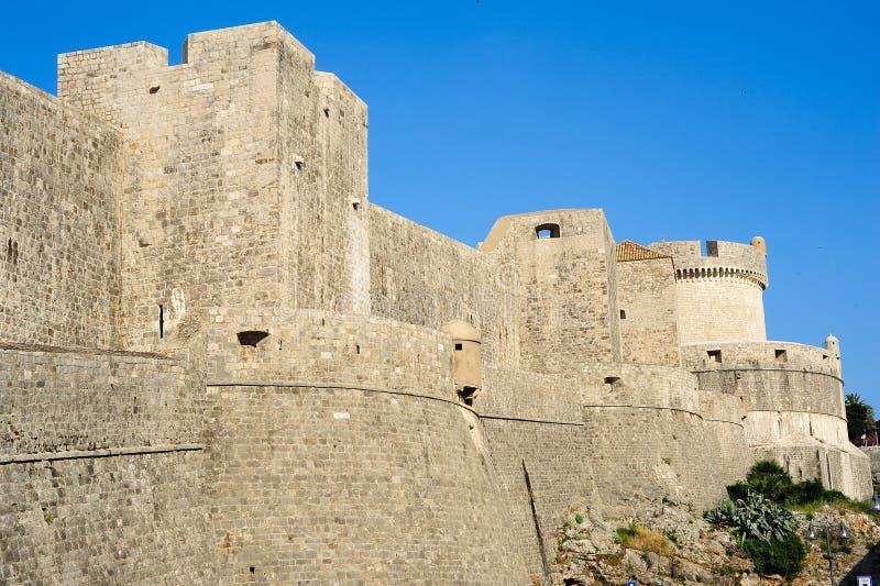Die Stadtmauern der alten Stadt in Dubrovnik lizenzfreie stockbilder