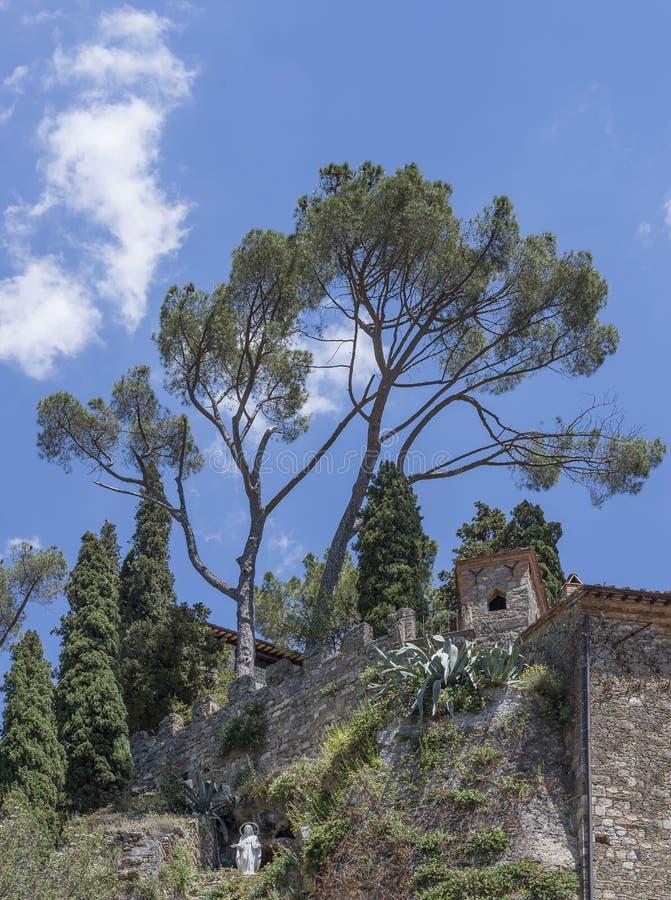 Die Statue der Madonna della Rocca im historischen Zentrum des alten Dorfes Cetona, Siena, Italien stockfotografie