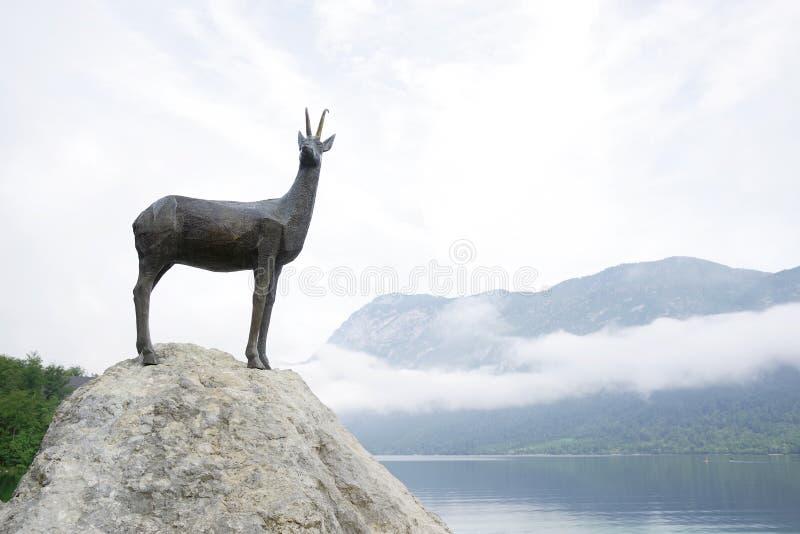 Die Statue des legendären Goldhorn - des Zlatorog - Gämse auf dem Ufer von See Bohinj, Slowenien stockfoto