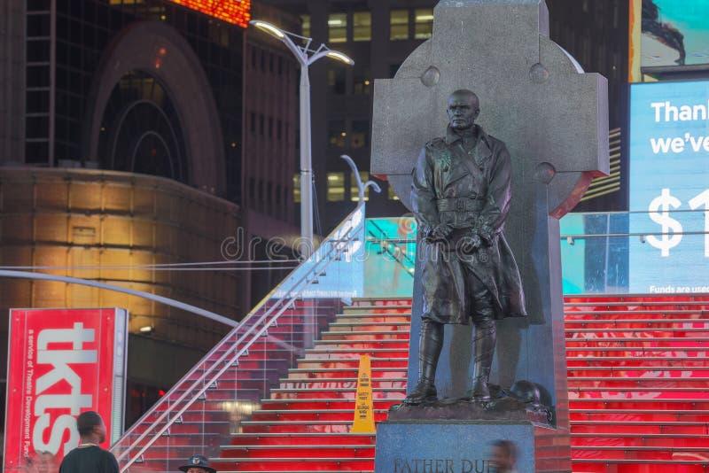 Die Statue des Vaters Duffy mit Straßenschildern im Times Square, NYC lizenzfreie stockfotografie