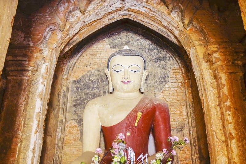 Die Statue von Buddha im Tempel in Bagan, Myanmar lizenzfreie stockbilder