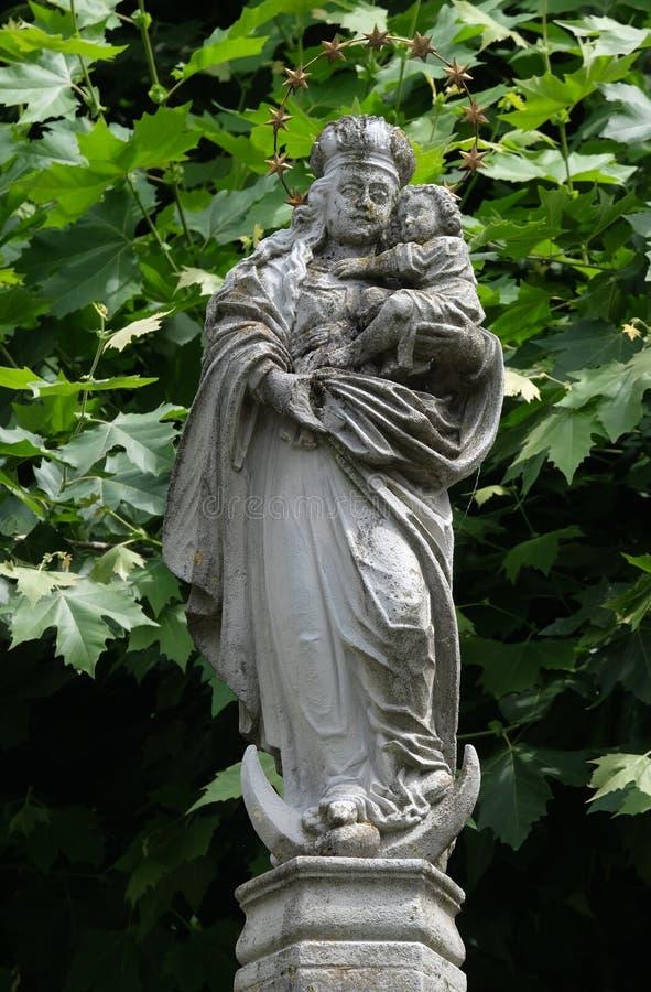 Die Statue von Jungfrau Maria mit dem Kind Jesus im Hof der Kirche von St. Leodegar in der Luzerne lizenzfreie stockfotografie