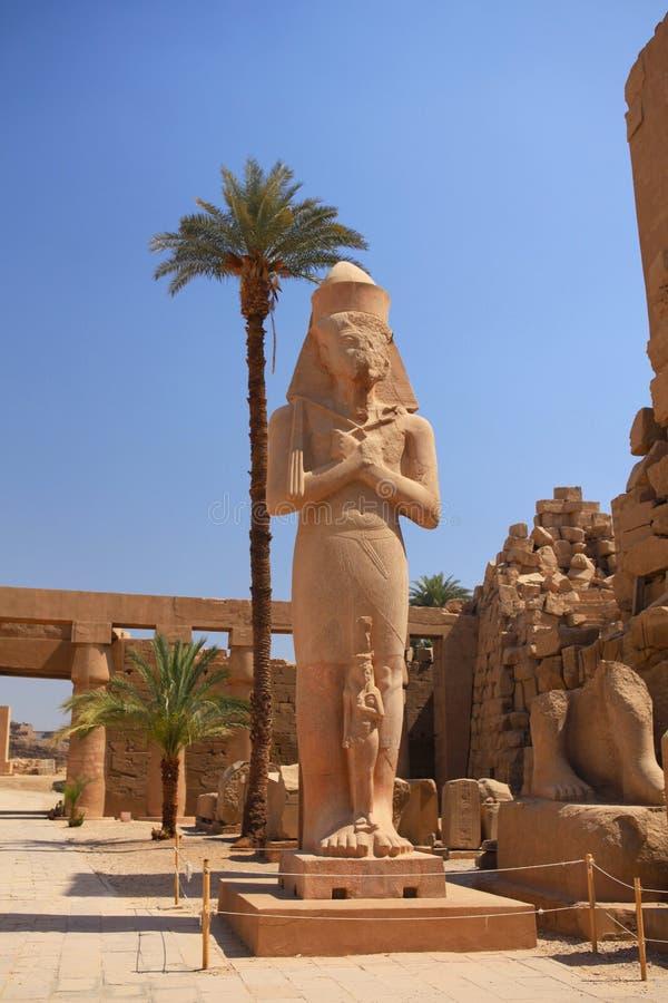 Die Statue von Ramesses II in Karnak-Tempel, Ägypten lizenzfreies stockbild