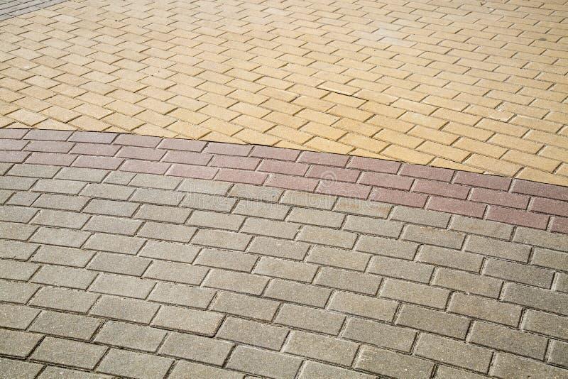 Die Steinblöcke sind in Form, zeichneten mit einem Halbrund des gelben lila Graus rechteckig lizenzfreies stockbild