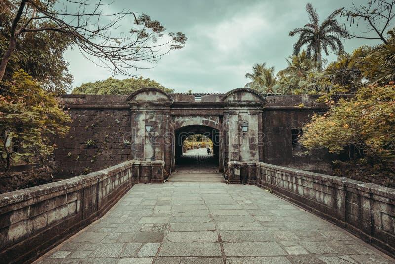 Die Steinbrücke, die zu Fort-Santiago-Tor führt lizenzfreie stockfotos