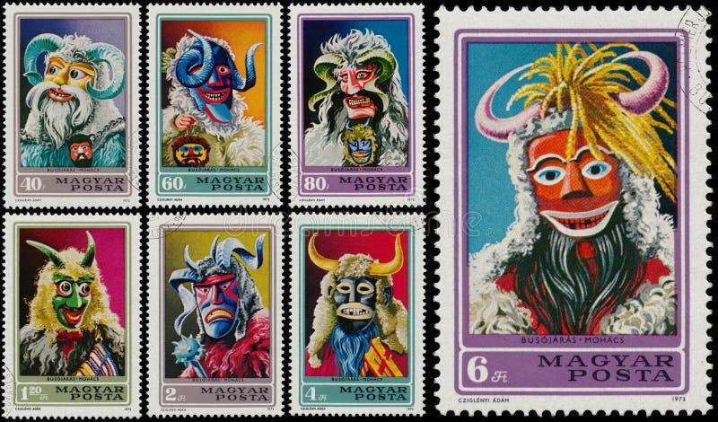 Die Stempel, die durch Ungarn gedruckt werden, zeigt Masken lizenzfreies stockbild