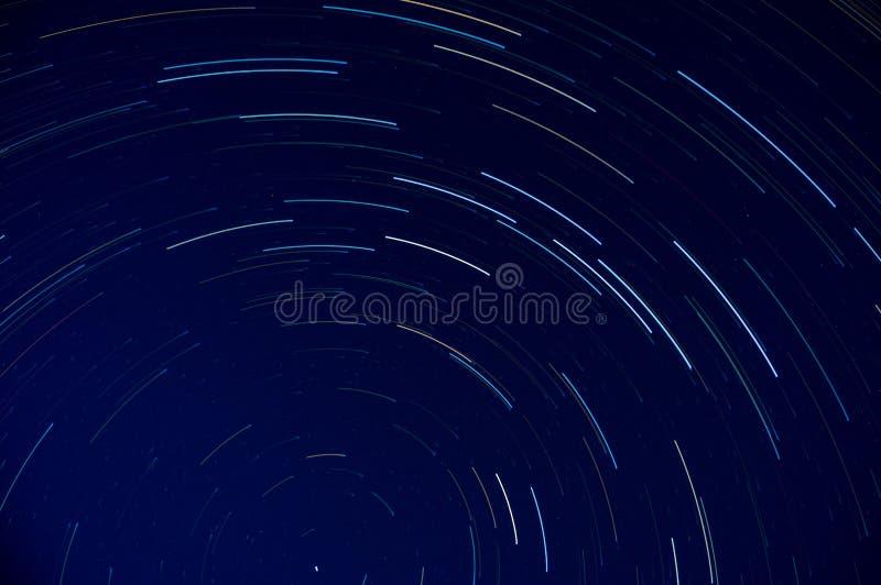 Die Sternspuren um den Pflug, den Großen Dipper, die Konstellation in der nördlichen Hemisphäre lizenzfreie stockfotografie