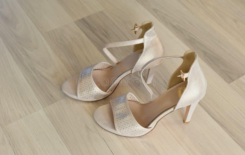 Die stilvolle Hochzeit der weißen Frauen beschuht bräutliche rosa Schuhe Paare schön lizenzfreies stockbild