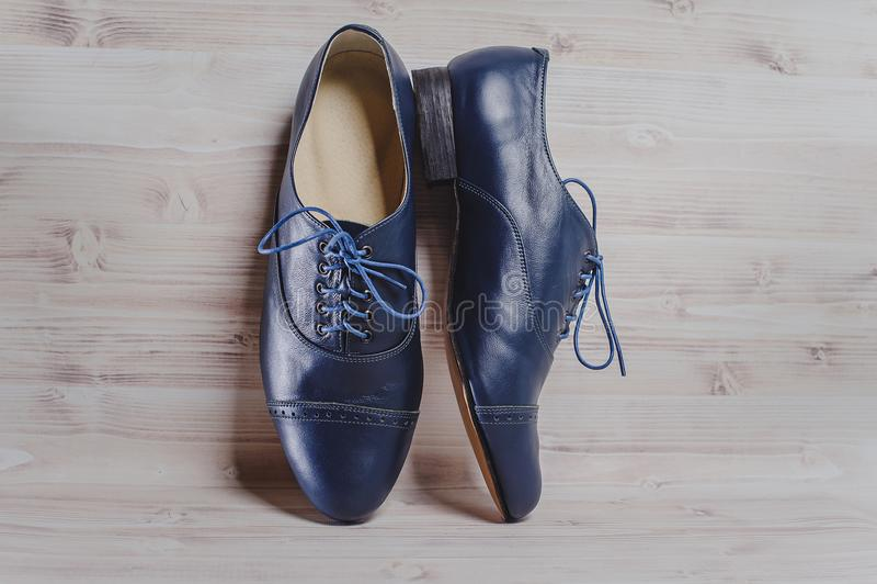 Die stilvollen in Handarbeit gemachten Schuhe der schwarzen Männer für Gesellschaftstänze lizenzfreie stockfotos
