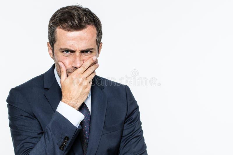 Die Stirn runzelnder unglücklicher Geschäftsmann, der, Unternehmenszweifel und Interessen ausdrückend denkt lizenzfreie stockfotos
