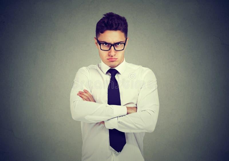 Die Stirn runzelnder verärgerter Geschäftsmann, der Kamera betrachtet lizenzfreies stockfoto