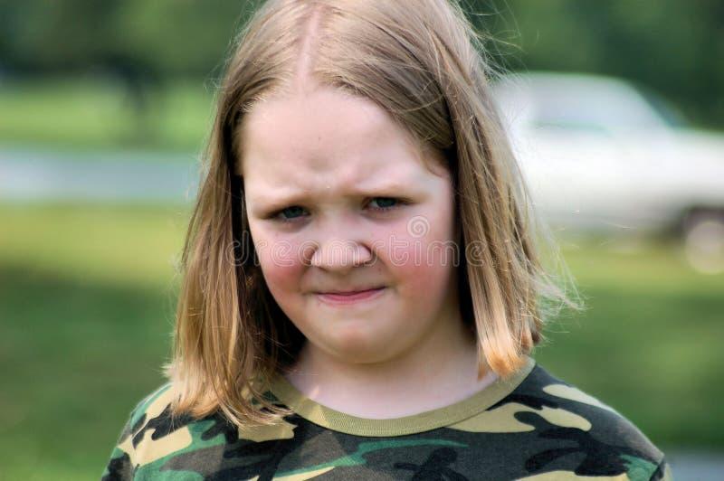 Die Stirn runzelndes Mädchen stockbild